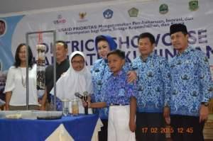 Bupati Kuningan_Utje Choeriah berfoto bersama dengan Ketua DPRD Kuningan, Rana Suparman (kedua kiri) dan Kepala Dinas Pendidikan Kab Kuningan, Asep Taufik Rahman (ked