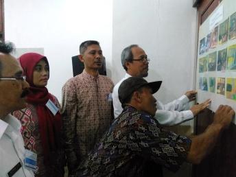 Komite sekolah menyusun kemajuan sekolah melalui foto foto hasil  pembelajaran