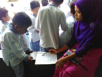 Ortu mengajar membaca siswa_1